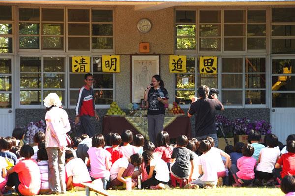 福智義工與老師帶著學童追思祖先,實踐孝悌精神