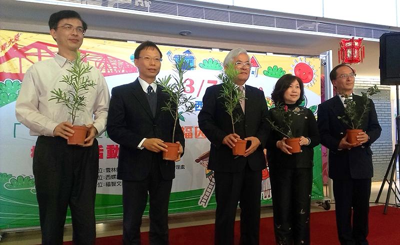 左二:慈心基金會執行長蘇慕容