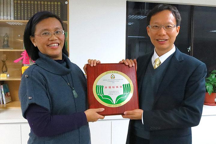 慈心種樹專案負責人程禮怡與執行長蘇慕容開心合照