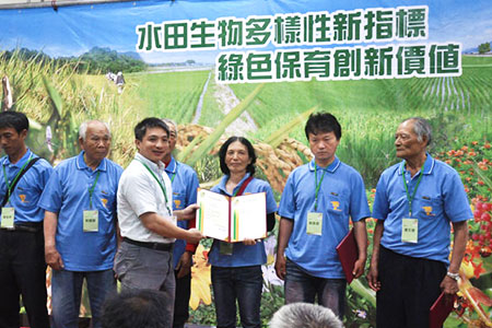 林務局棲地經營科長黃群策,頒發綠保證書給農友