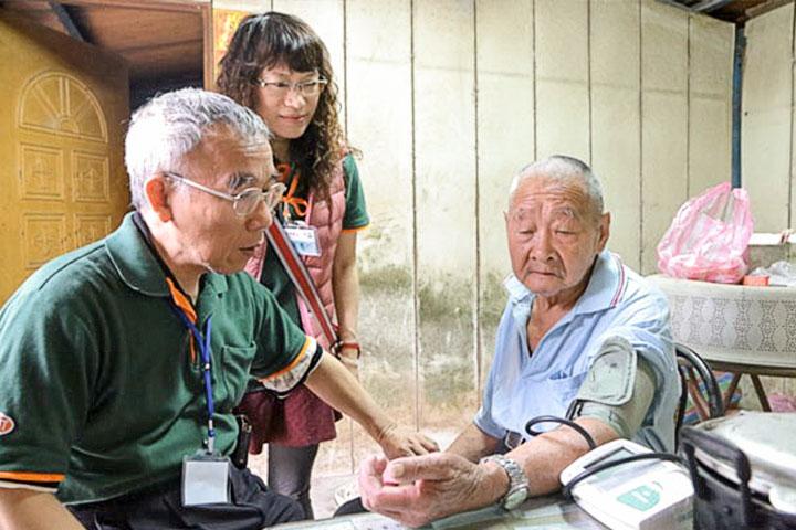 福智義診團隊關懷臺東的獨居老人。
