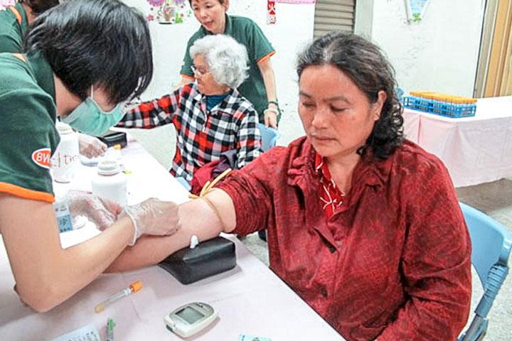 福智義診團隊為村民做抽血檢驗。