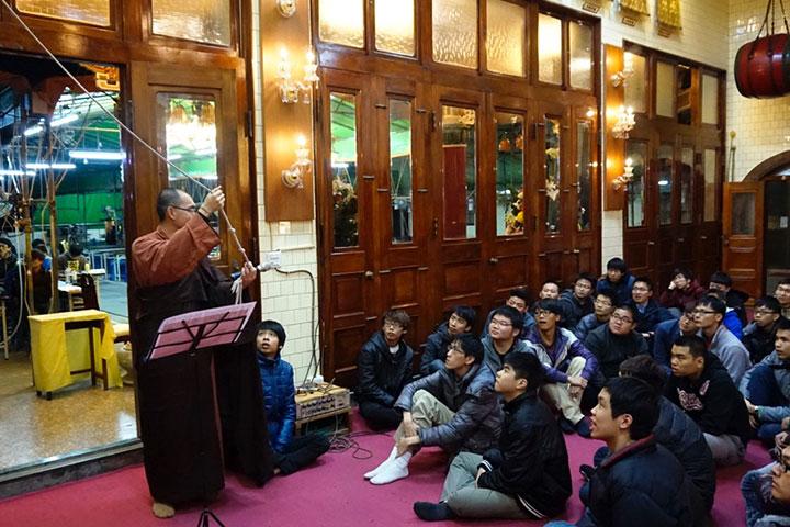 男同學前往新竹鳳山寺參訪,體驗僧團生活