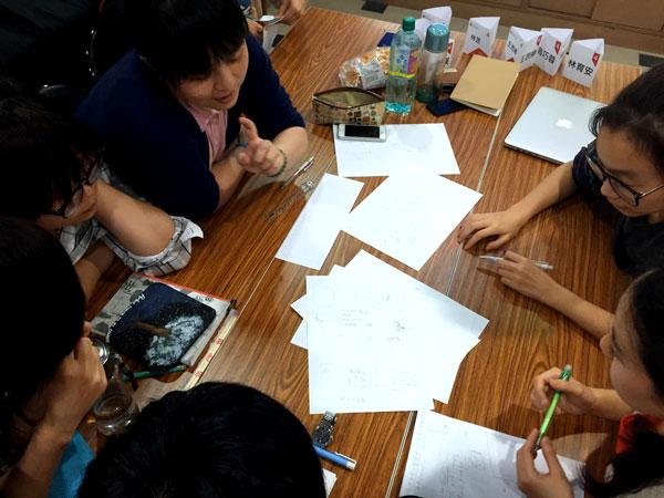 同學在工作坊熱烈討論-感恩卡設計概念