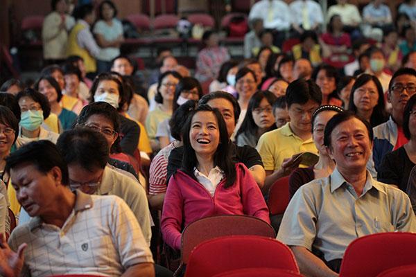 高雄場次經驗分享:師生間的呵護與陪伴。學員聆聽會心而笑