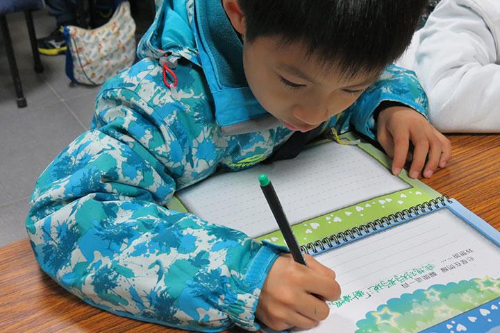 學生用心翻開寫下對父母的感恩