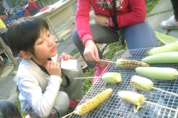 烤有機玉米也是課程之一
