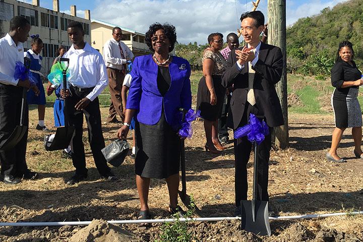 中華民國外交部牟華瑋大使與聖露西亞總督露薏絲一起種樹