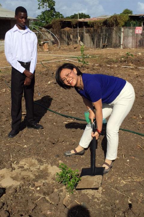 慈心有機農業發展基金會代表程禮怡種樹