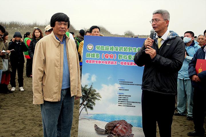 福智佛教基金會護生事業專員陳奕成(右)及海洋大學程一駿教授(左)