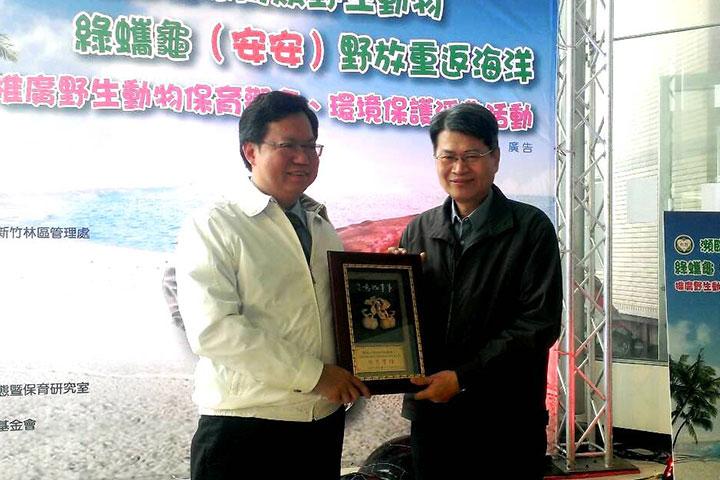 福智佛教基金會北區事業部執行長陳四輝(右)代表受贈感謝