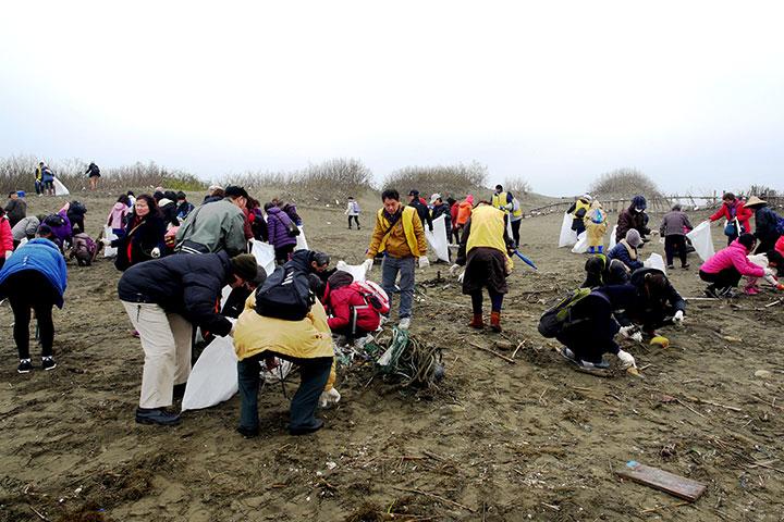 眾人一同淨灘,用多種方式保護海洋
