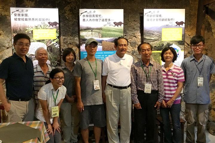 農委會曹啟鴻主委、林務局林華慶局長,與人禾基金會貢寮水梯田復育工作夥伴合影