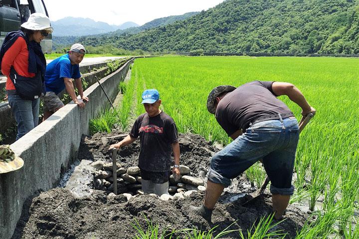 生態專家林青峰指導農友營造保育動物棲地