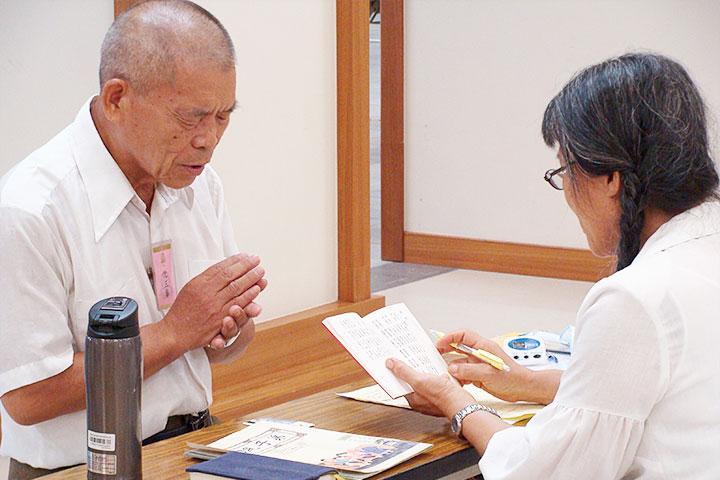福智陪伴樂齡老人背書,高階會考通過44.9萬字