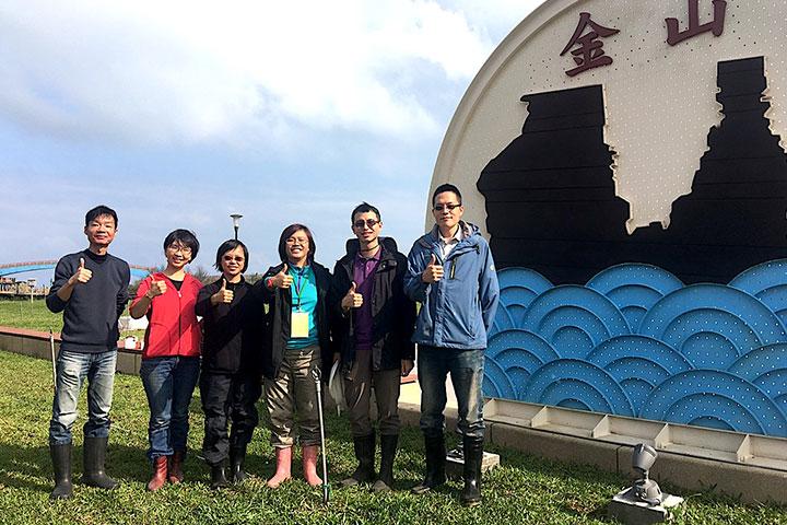 慈心基金會種樹專案總監程禮怡(右3)與種樹團隊及仁舟社會企業水寶盆開發人員