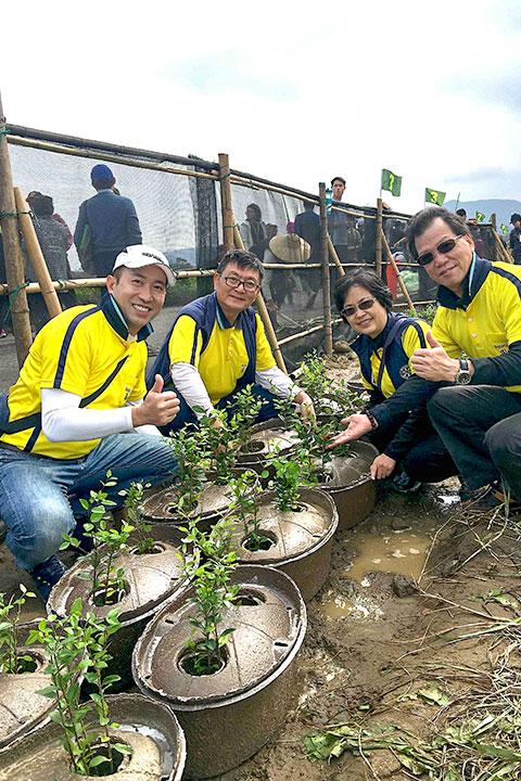 扶輪社員參與海岸種樹