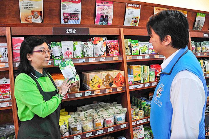市長聽取里仁店長介紹綠色保育標章產品