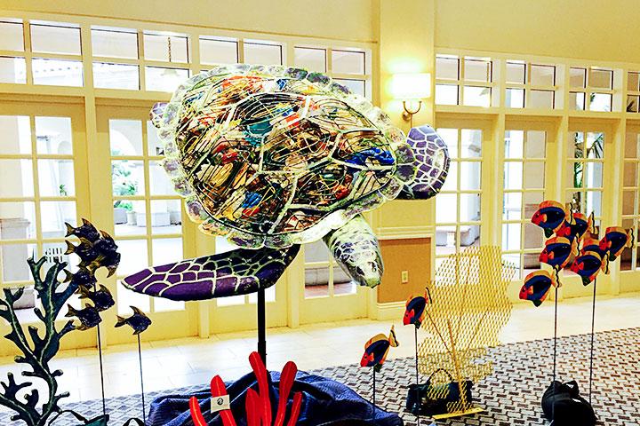 研討會現場展示用塑膠垃圾堆砌的海龜