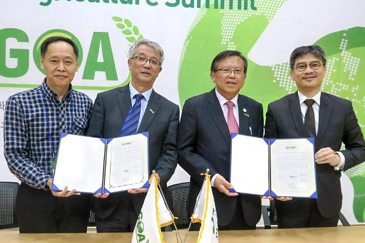 IFOAM-ASIA 主席周澤江(左二)、ALGOA-槐山郡副市長(右二)、慈心基金會代表陳榮宗博士(左一)、新北市農業局局長李玟(右一)共同簽署四方合作備忘錄