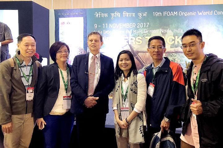 慈心基金會赴印度參加2017有機世界大會,代表團與主辦單位IFOAM主席(左三)合影