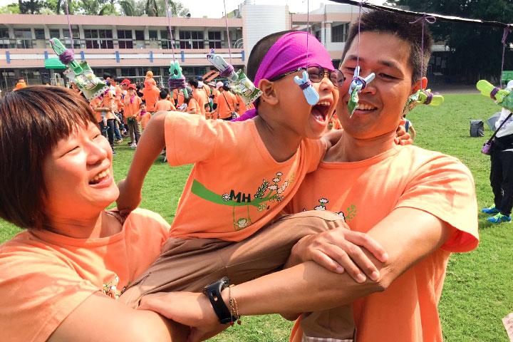 舉辦親子運動會,增進親子合作與互動,相互觀功念恩。