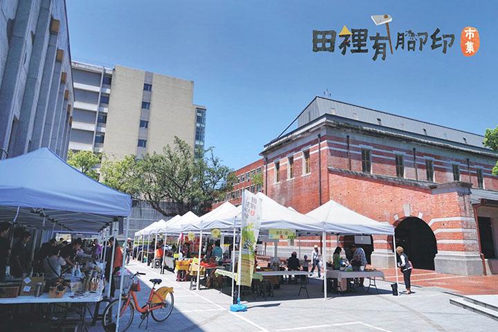 為協助臺灣小農銷售問題,成立田裡有腳印綠色保育市集,讓經濟與保育取得平衡