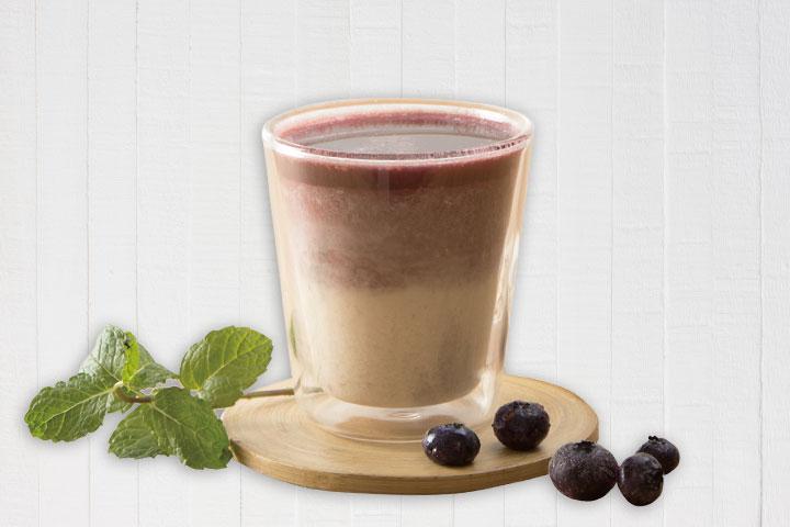 以有機藍莓果汁與有機燕麥豆奶,調出漸層的美味營養早餐