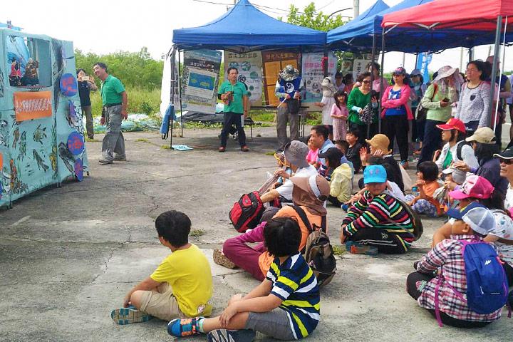 民眾們專注觀賞淨灘布袋戲