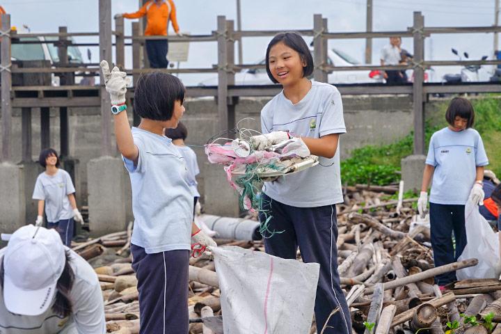 福智國中學生參與台西海岸五條港段淨灘