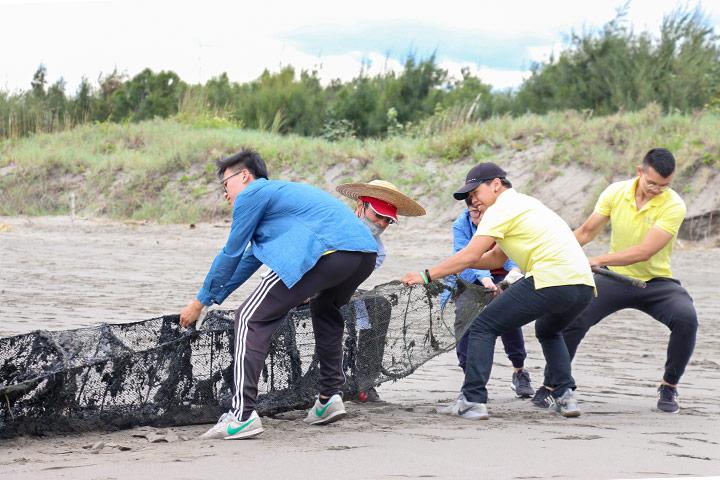 台中塭寮漁港淨灘,民眾清除廢棄的漁網