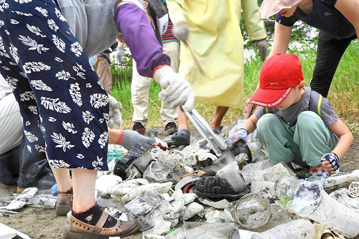 漁業廢棄保麗龍及塑膠飲料杯仍是海洋垃圾的前三名,圖為台南觀夕平台淨灘狀況