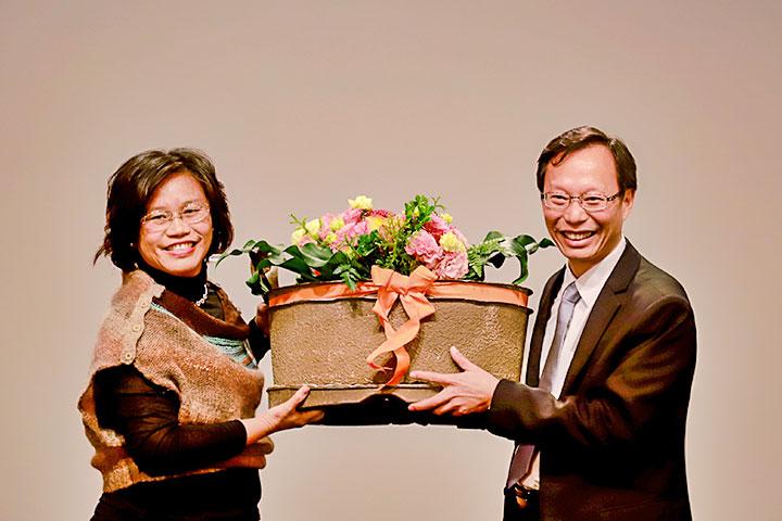慈心基金會執行長蘇慕容(右)代表慈心種樹團隊上台致獻水寶盆花禮予種樹總監程禮怡(左)