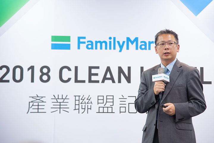 全家便利商店商品本部黃君毅本部長說明品牌推動 Clean Label 少添加食品的目標,今年自有品牌 FamilyMart Collection 國產品100 通過最嚴格的雙潔淨標章