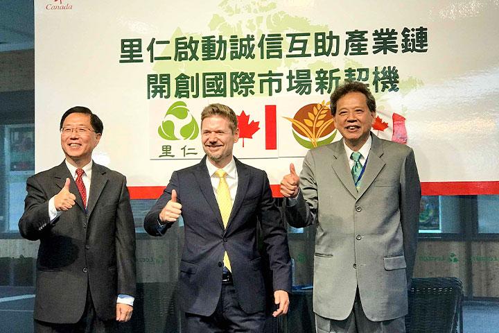 (左起)里仁公司副總經理韓敬白、加拿大新任駐台代表芮喬丹Jordan-Reeves及鈺統公司董事長謝日鑫,三方為啓動誠信互助產業鏈、開創國際市場新契機致上深深的祝福。