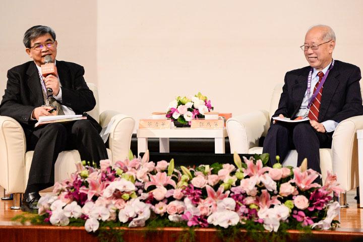 2016年心靈與教育場次-邀請時任教育部政務次長蔡清華(左)與前教育部部長郭為藩(右)與會座談