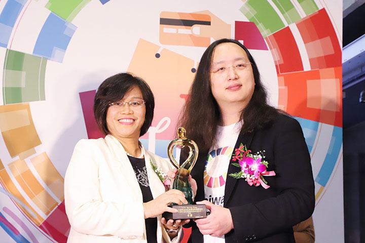 首獎由種樹總監程禮怡代表受獎(左)