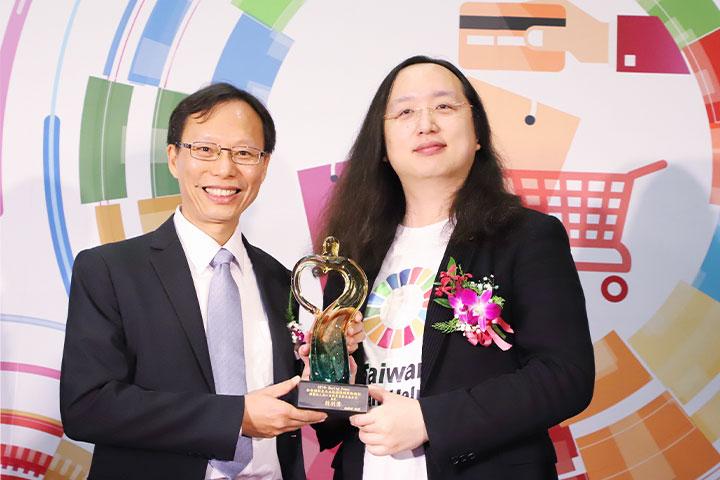 特別獎由慈心基金會執行長蘇慕容代表受獎(左)