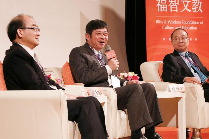 醫學與人生-(右起)台大醫學院名譽教授陳維昭、台大醫院雲林分院院長黃瑞仁、台大醫院家庭醫學部主任蔡兆勳