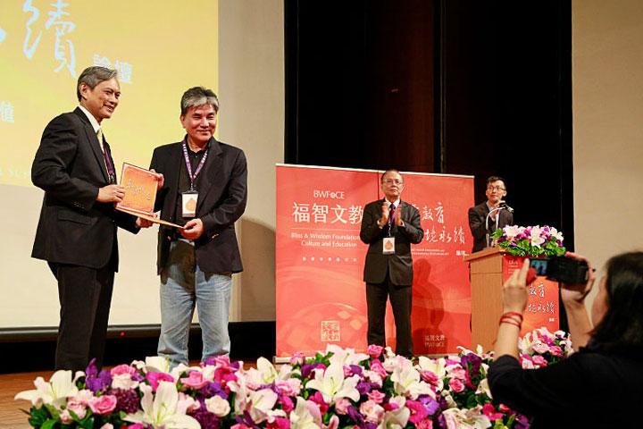 國立臺灣大學土木工程學系水利組教授、內政部前部長李鴻源(左二)