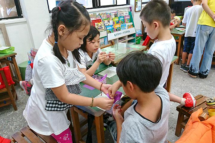 瑪陵國小學生以父母為師,學習縫扣,相互教導