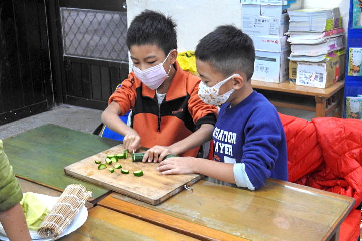 瑪陵國小學生們學習處理食材與簡單料理