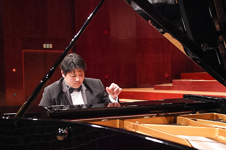 國際知名鋼琴家范姜毅