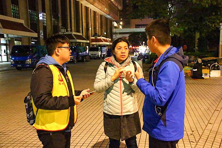 在天未亮的清晨5點多,福智青年已經在車站準備迎接學員