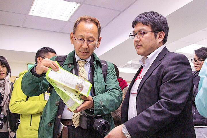 日本沖繩縣環境部技師(右)與日本民間環保機構代表(左)研究里仁的淨塑包裝