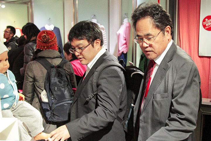日本沖繩縣環境部參事(右)與技師(左)參訪里仁有機棉織品淨塑成果