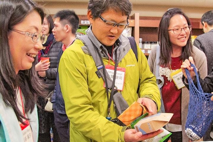 日本環保團體參訪里仁,對淨塑商品的材質及包裝表示讚嘆