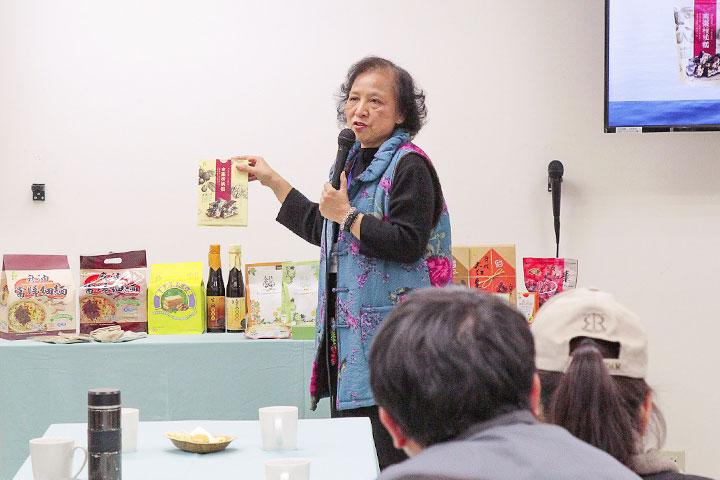 里仁公司總經理李妙玲說明里仁淨塑行動的成果