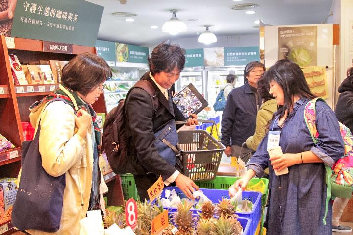 日本民間環保機構代表(中)詢問里仁使用生物可分解袋取代塑膠袋的現況