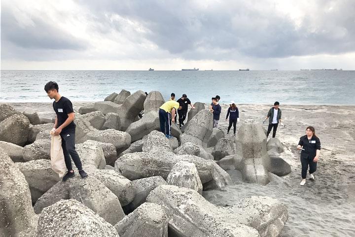 福智邀大專青年至高雄旗津風車公園淨灘